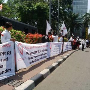 Dukung RUU Advokat, Puluhan Pengacara Gelar Aksi Bundaran HI