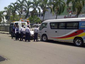 Mobil Travel Parkir di Samping Sarinah Diderek Dishub
