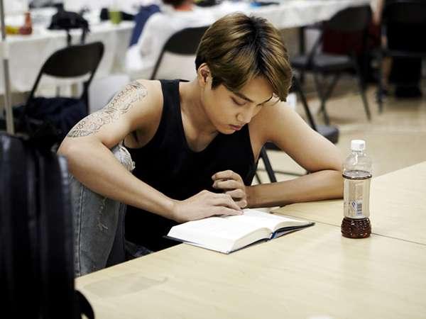 Kai EXO Serius Baca Buku Sebelum Konser