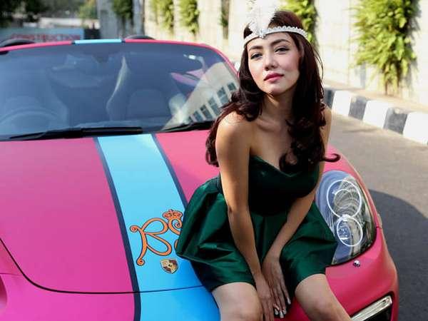Pose Hot Bella Shofie dan Mobil Sportnya