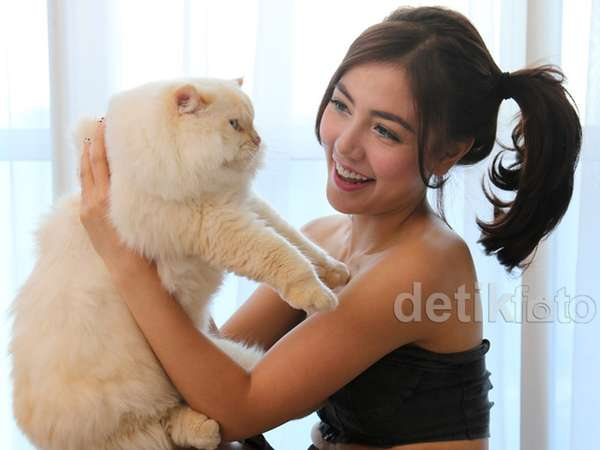 So Cute... Bella Shofie dan Kucing Kesayangannya