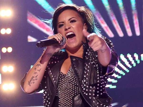 Demi Lovato Gotik dan Energik di Panggung