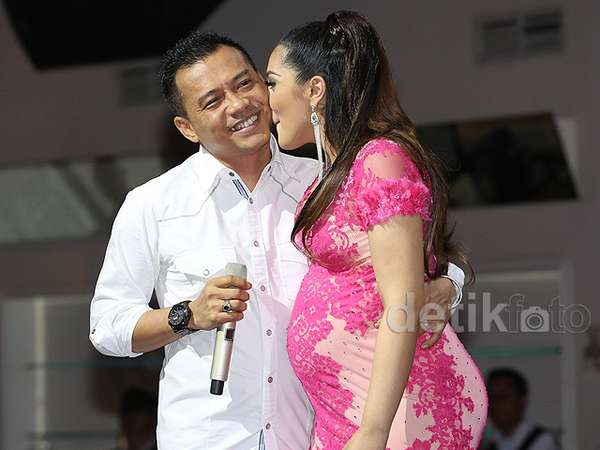 Surprise! Anang Beri Kejutan di Pesta Baby Shower Ashanty