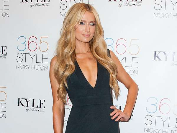Sexy... Paris Hilton Dibalut Dress Berbelahan Dada Rendah