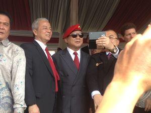 Ketika Tamu di Sertijab Danjen Kopassus Rebutan Selfie Bareng Prabowo