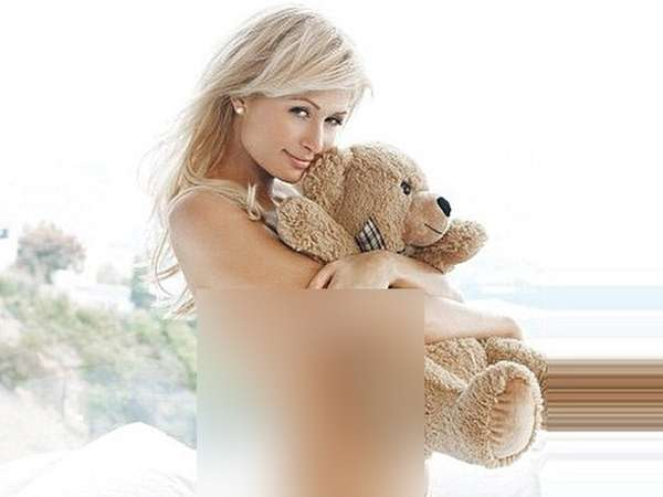 Pose Paris Hilton Topless dengan Teddy Bear