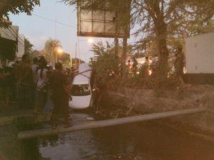 Mobil Grand Vitara Nyemplung ke Kali di Jl Imam Bonjol Denpasar