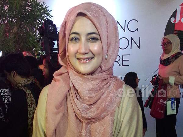 Pipik Eksis di Jakarta Fashion Week