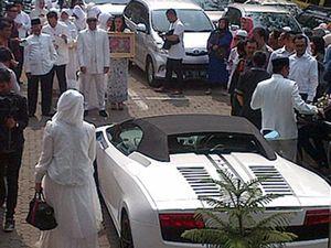 Bruum! Calon Suami Nuri Maulida Tiba di Lokasi Pernikahan dengan Lamborghini