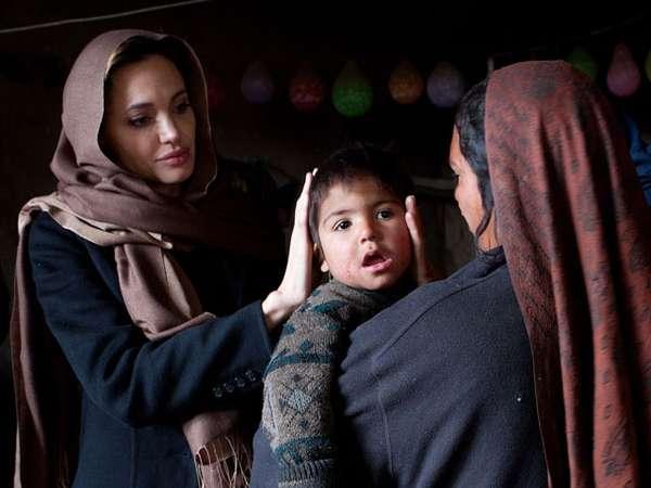 Foto-Foto Aksi Sosial Angelina Jolie (1)