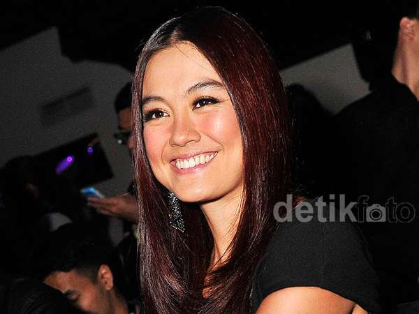 Agnez MO, Pretty in Black