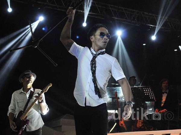 Nyanyi dan Bergoyang Bersama Slank di 'Konser MOX'