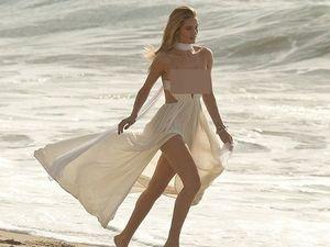 Rosie Huntington-Whiteley Tampil Seksi di Pemotretan Pinggir Pantai