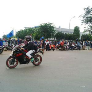 Ratusan Buruh Demo, Akses Jalan ke Tol Cibitung 2 Sempat Diblokir