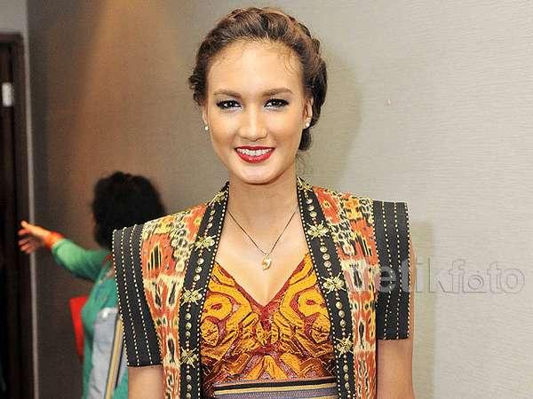 Nadine Chandrawinata Anggun Bergaun Etnik