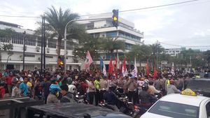 Mahasiswa Demo Bakar Ban, Lalin Diponegoro Arah RSCM Macet