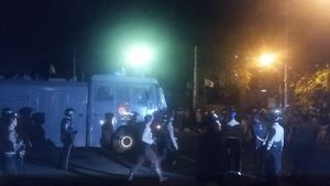 Demo Mahasiswa di Jl Diponegoro Ricuh, Polisi Tembakkan Water Cannon