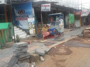 Trotoar Sedang Dibangun di Kawasan Lenteng Agung
