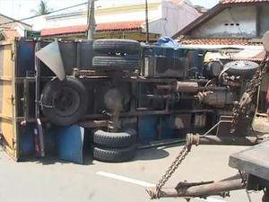 Truk Bermuatan Kayu Tabrak Pembatas Jalan, Pantura Macet Sampai 8 Km