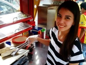 Tya Ariestya Bisnis Kebab di Pasar Manggis