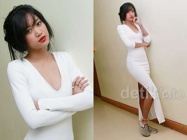 Widi 'Vierratale' Hot dengan Dress Berbelahan Dada Rendah