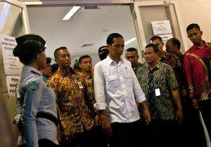 Terbang ke Solo, Jokowi Tinjau Pasar Klewer dan Tahun Baruan Bareng Keluarga