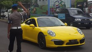 Polda Jatim Amankan Porsche Kuning yang Tengah Melaju di Jalan Tol