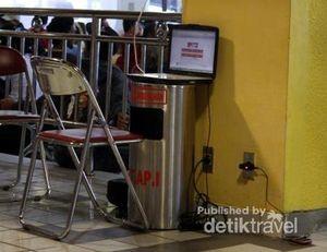Tong Sampah Bandara Jadi Meja Laptop