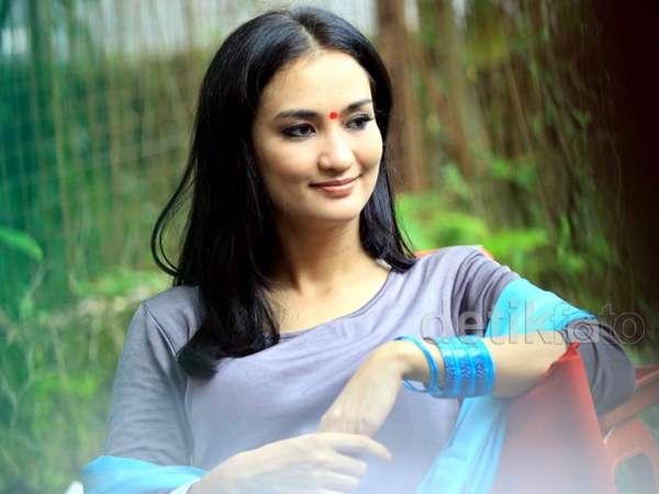 Atiqah Hasiholan Bergaya ala Bollywood