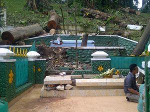 Brak! Tertimpa Pohon, Makam Keramat di Kebun Raya Bogor Rusak