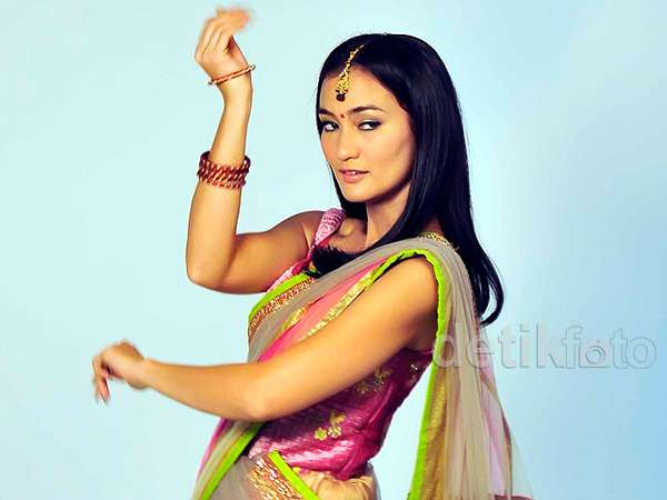 Chaiyya Chaiyya... Atiqah Hasiholan Jadi Perempuan India