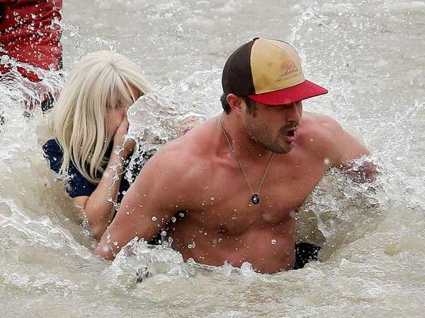 Byurrr... Lady Gaga Basah-basahan Bareng Pacar