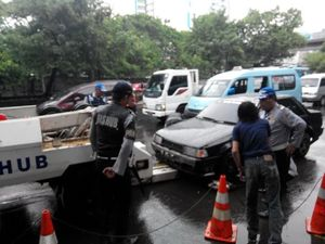 4 Mobil Parkir Liar di Jaktim Kena Operasi Derek Dishub