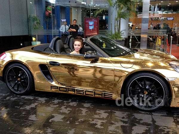 Bella Shofie Pamer Porsche Emas Kesayangannya