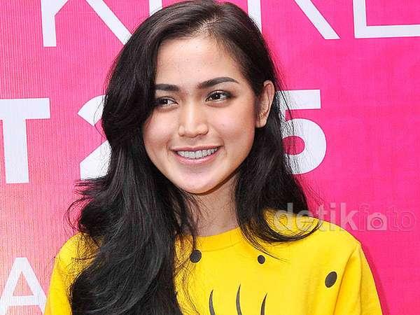 Jessica Iskandar Sumringah Pakai Baju SpongeBob