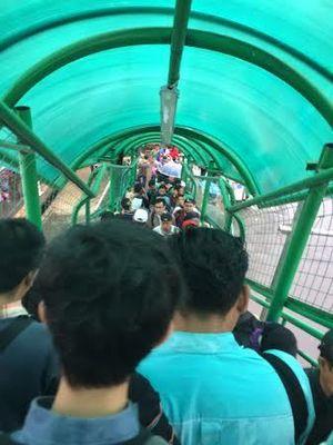 Banyak Orang Desak-desakan Masuk dan Keluar Stasiun Bogor Lewat JPO
