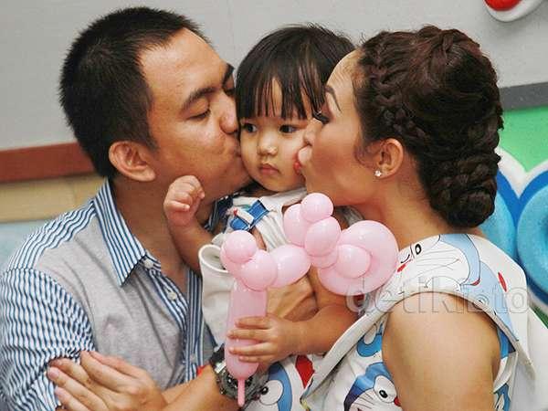 So Cute! Pesta Ultah Anak Ayu Dewi yang Serba Doraemon