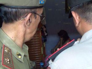 Kamar Digedor Polisi, Pasangan Mesum Lupa Kenakan Pakaian Dalam
