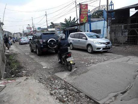Dear Pak Wali Kota Bekasi! Jalan Raya Hankam Rusak Parah dan Tak Ada Penerangan