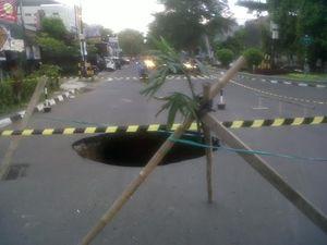 Jalan Dekat Balai Kota Yogya Ambles, Arus Lalin Terganggu