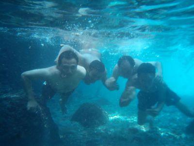Asyiknya Foto Narsis Bawah Air di Sendang Widodaren, Tuban