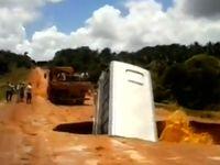 Bawa Turis, Bus di Brasil Masuk Lubang & Muncul Lagi di Sungai