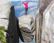 Aneh Tapi Nyata, Batu Bundar Dijepit 2 Tebing di Norwegia