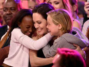 Momen Sweet Angelina Jolie dengan 2 Putrinya