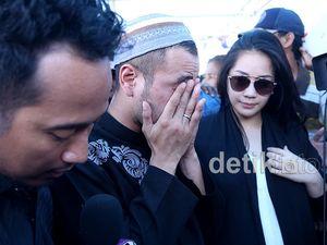 Raffi Ahmad Menangis di Makam Olga