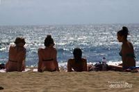 Ketika Turis Seksi Asyik Menikmati Indahnya Pantai Kuta