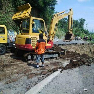 2 Ekskavator Dikerahkan untuk Perbaiki Jalan Ambles di Ciregol Brebes
