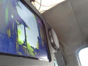 Keren! Mikrolet M36 Ini Ada TV Iklannya