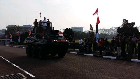Memasuki Mabes TNI, Jokowi Naik Panser Anoa