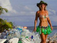 Laut Banyak Sampah, Gadis Cantik Ini Berbikini dari Botol Plastik